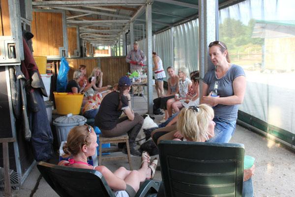 Sommertreff (19.7.13) im Rundstall, hier Gruppe hinterm Windnetz