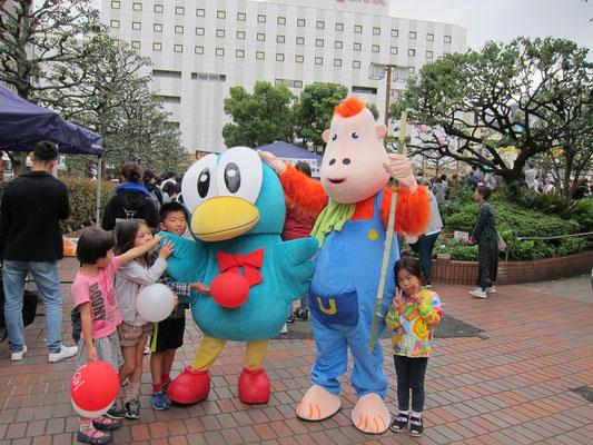 大田区のマスコット「オーチャン」、と大森東口商店会のマスコット「ウータン」
