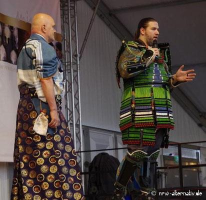 Zwei Samurai erläutern dem Publikum die Kampfesweise.
