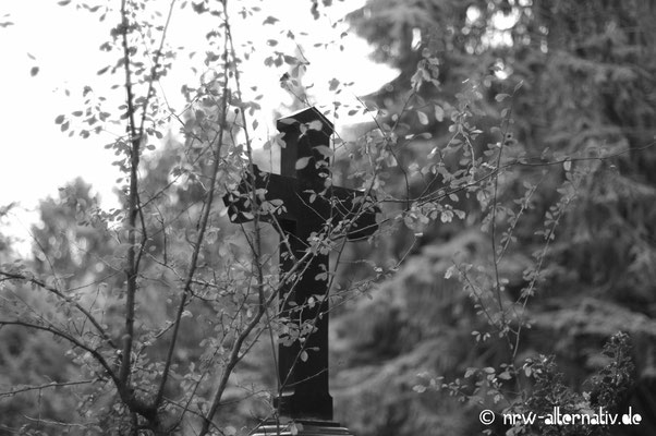 Natürlich gibt es auf dem Friedhof auch eher schlichte Kreuze ...