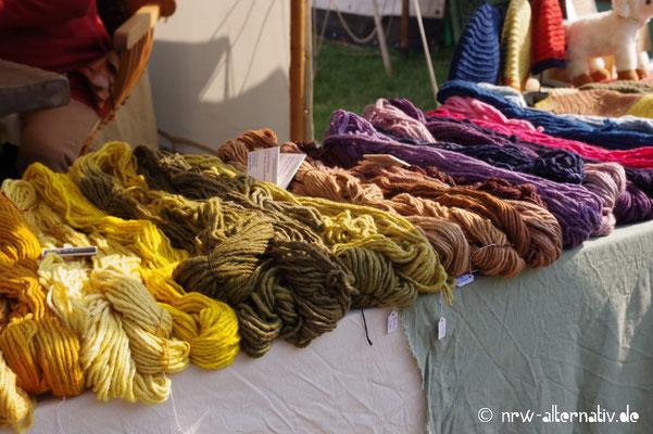 Pflanzengefärbte Wollstoffe gab es in allen Farben zu kaufen.