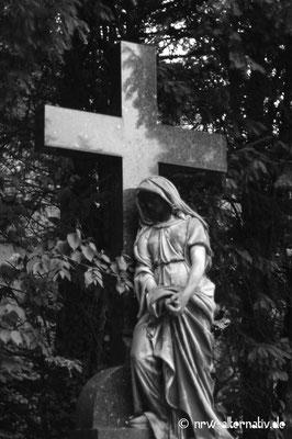 Die Skulpturen auf diesem Friedhof sind auch unheimlich ...