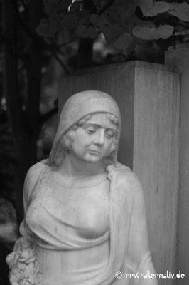 Die Bildhauerstücke präsentieren verschiedene Ausdrücke der Trauer.