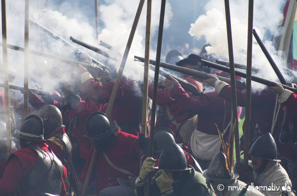 Pulverdampf und Kanonedonner auf dem Schlachtfeld.