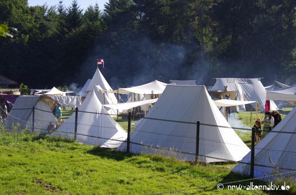 Morgens hingen noch Nebelschwaden zwischen den Zelten bei Haus Visbeck