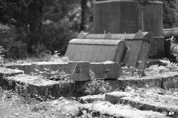 Alte Grabsteine auf Melaten.