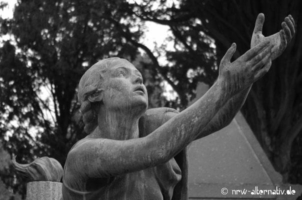 Trauer in Stein gebannt: Handwerkskunst auf dem Campo Verano in Rom.