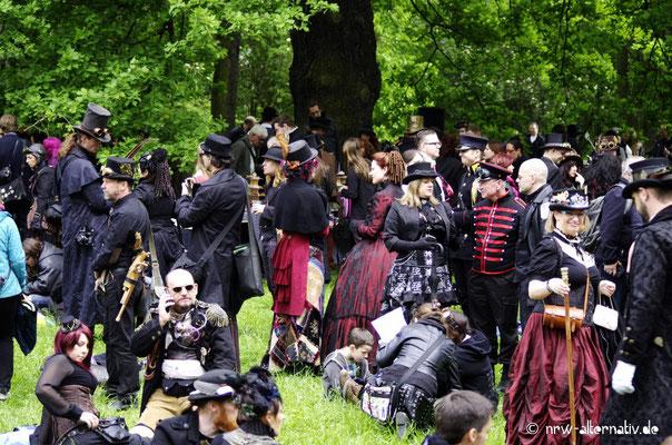 Schwarz kann auch bunt sein: Bei bestem Wetter treffen sich Gothics aus der ganzen Welt gerne draussen