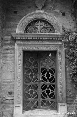 Romantische Tür auf dem römischen Friedhof