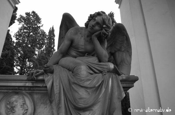 Guckt irgendwie verträumt: Engelsstatue auf dem größten römischen Friedhof.