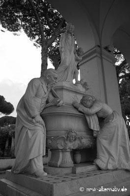 Trauer prunkvoll in Stein gebannt: Handwerkskunst auf dem Campo Verano in Rom