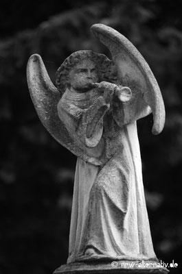 Fast schon mittelalterlich: Engel auf dem Friedhof.