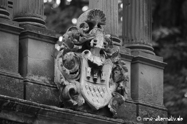 Ein verwittertes Wappen erinnert an alte Familientraditionen.