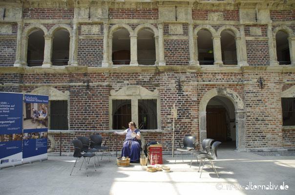 Im Innenhof des Renaissanceschlosses wurde Korbflechten angeboten