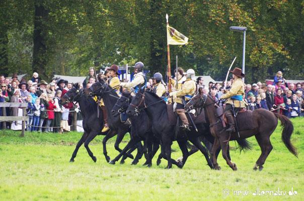 Die Reiterei verfügt über speziell ausgebildete Pferde, die im Schlachtengetümmel die Ruhe bewahren.