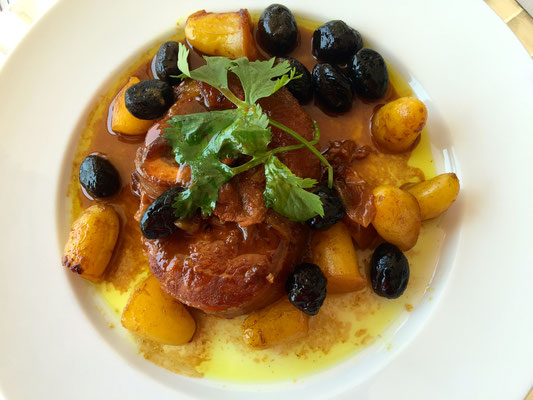 Osso Bucco with roasted potatoes and black olives by ZsL