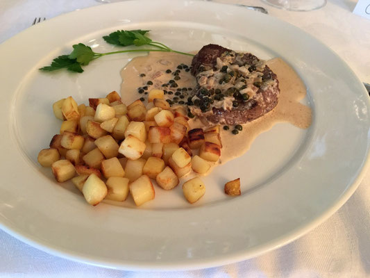 Filet mignon with green peppercorns and potatoes by ZsL