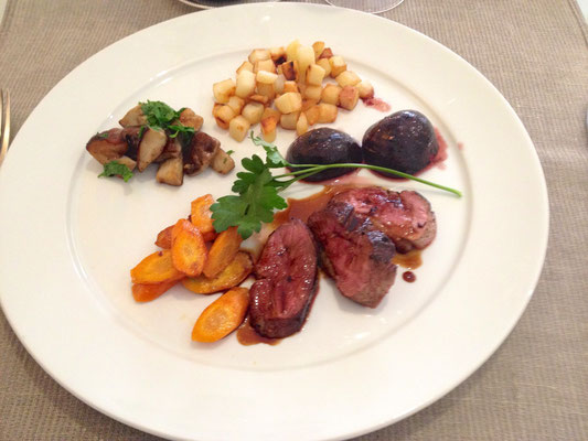 Venison with caramelized figs, mushrooms, carrots and potatoes by ZsL