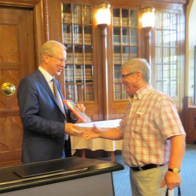 Der Vorsitzende Dieter Dreesen bedankt sich bei Oberbürgermeister Stefan Schostok und überreicht Präsente der Gemeinde Hagen a.T.W.