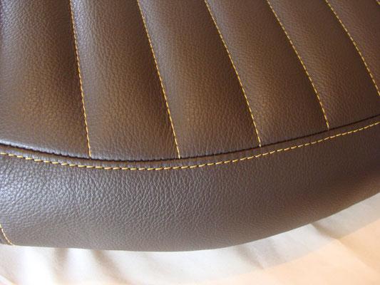 Création de la housse de selle en cuir, avec finition en fil apparent jaune  d or. 13e90faf09d