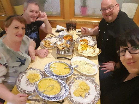 Dann ein tolles Essen mit Freunden beim Inder