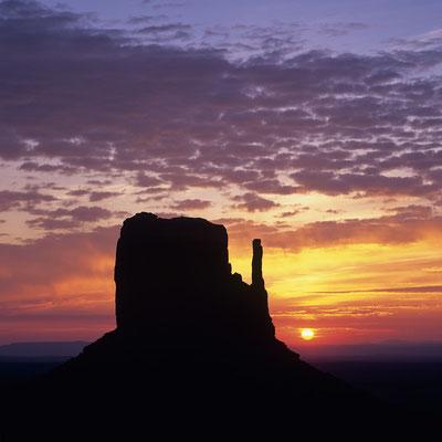 Sonnenaufgang über Left Mitten Butte I Monument Valley I Navajoland I Utah