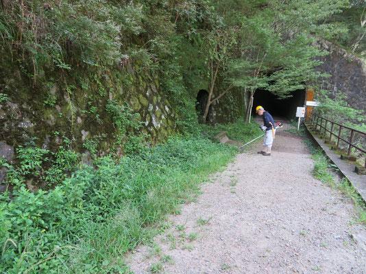 長尾山第一トンネル手前の石垣下で草刈