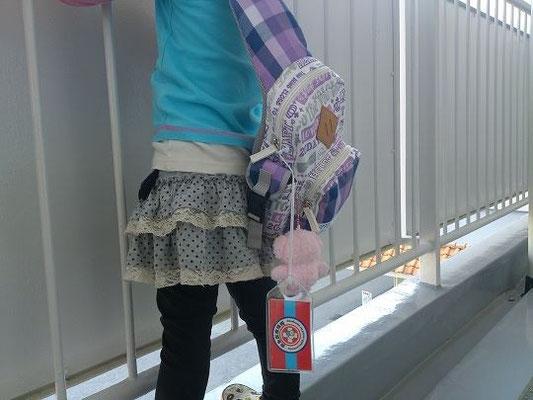 お子さんのかわいいバッグに取り付けてくれました。お母さんも安心。