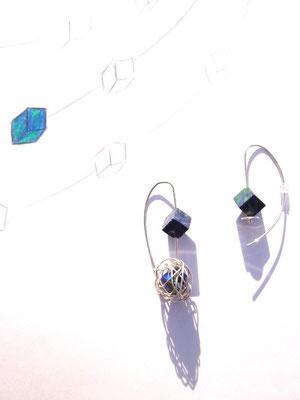Kundenanfertigung, zwei unterschiedliche Ohrhänger, bei denen doch eine Zusammengehörigkeit zu erkennen sein soll.
