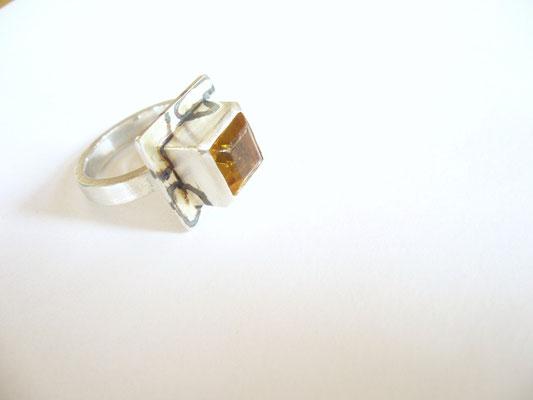 Anfertigung: Ring aus 925/- Sterlingsilber und Citrin (der Stein wurde von der Kundin mitgebracht) teilweise vergoldet. Das Gold wird durch die Schwärzung hervor gehoben.