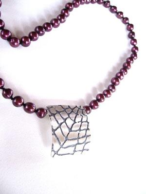 Verkauft, 925/- Sterlinsilber, geschwärzt, an einer roten Perlenkette.