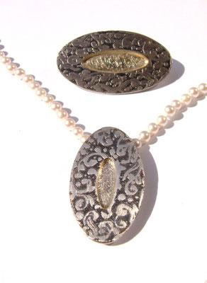 Eine besondere Arbeit Kettenschließe (Kette verkauft) und Brosche aus 925/- Sterlingsilber, mit einer Vergoldung in der Mitte.