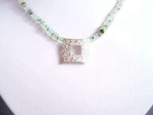 Verkauft: Prehnitkette in Würfelform mit 925/- Sterlingsilberverschluß (vorne), auf der Vorderseite eine schöne Ätzung, die weißgesiedet wurde.