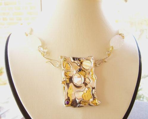 Kettenschließe 925/- Sterlingsilber mit Peridot, Granat und Safir. Die Oberfläche ist geschwärzt und mit 22 kt Blattgold veredelt...