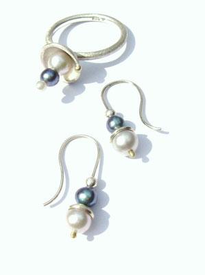 Ring und Ohrhänger aus 925/- Sterlingsilber mit 750/- Gelbgoldkugel und Süßwasserzuchtperlen.