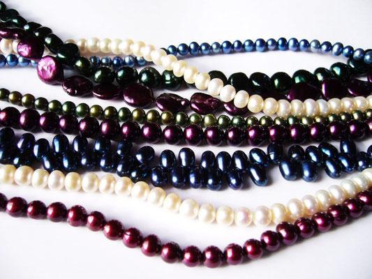Verschiedene Perlenkettenstränge, gerne bestelle ich für Sie auch  Auswahlen in verschiedenen Qualitäten.