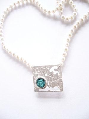 Verkauft, 925/- Sterlingsilber mit Türkis an einer Perlenkette.