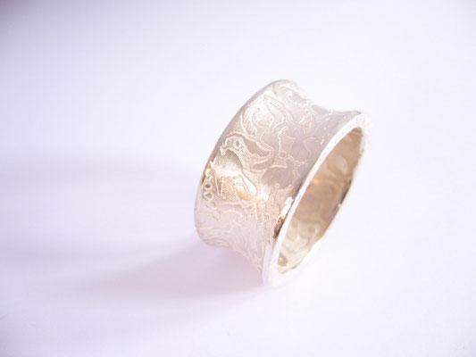 Der Ring ist weißgesiedet.