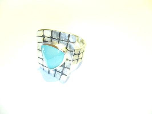 Ring aus 925/- Sterlingsilber, geschwärzt mit einem Chalzedon.