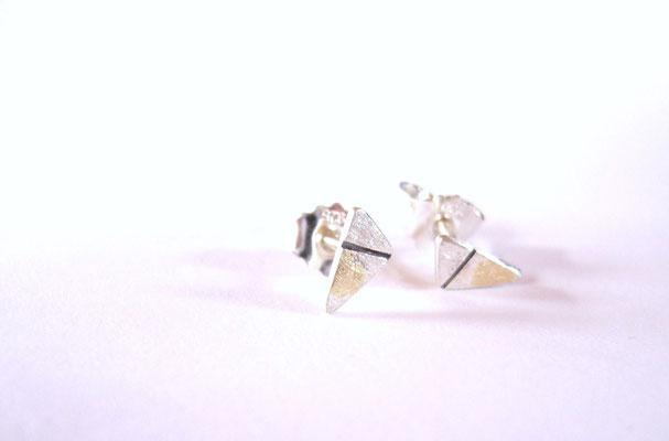 Kleine Dreiecke mit Gelbgold und einer geschwärzten Vertiefung.