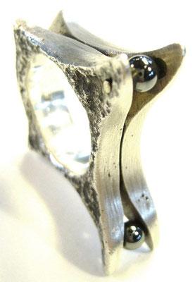 Verkauft: Ring aus 925/- Sterlingsilber nachträglich geschwärzt um die Strucktur der Ossa Sepiaform hervor zu heben, Stein: Hämatit. Die Grundform wurde in einer Ossa Sepiaschale gegossen, daher rührt auch die Außenstrucktur.