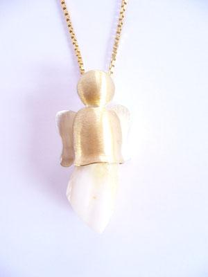 ...des Engels bildet. Der Engel selber ist in Gold und Silber gearbeitet.