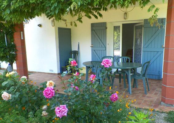La terrasse à l'entrée