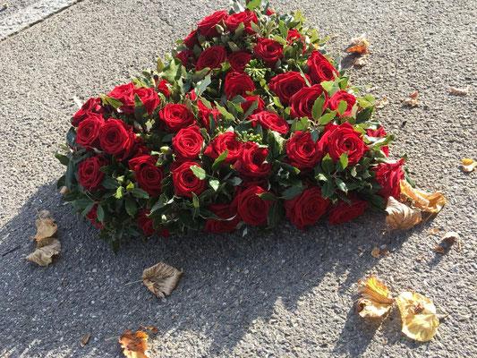 Klassisch und wunderschön - rotes Rosenherz mit Grün