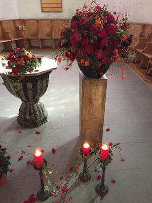 Dekoration für die Trauerfeier, ergänzt mit Kerzenständern und Streublüten