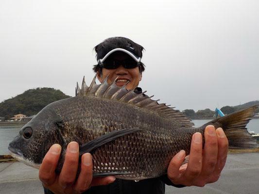3月5日 磯釣りで塚崎さん 良型チヌ44.6㎝を頭に3匹