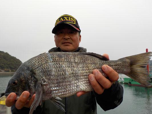 3月5日 磯釣りで長田さん 良型チヌ46㎝を頭に6匹