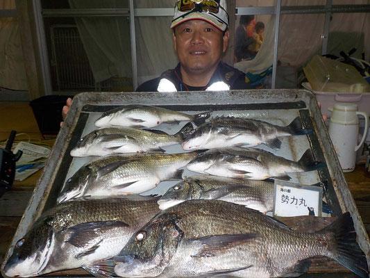 4月8日 磯釣りで平林さん 良型チヌ45㎝を頭に8匹