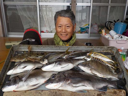 4月5日 ダゴチン釣りで池田さん チヌ40㎝を頭に5匹 アジ、マゴチ