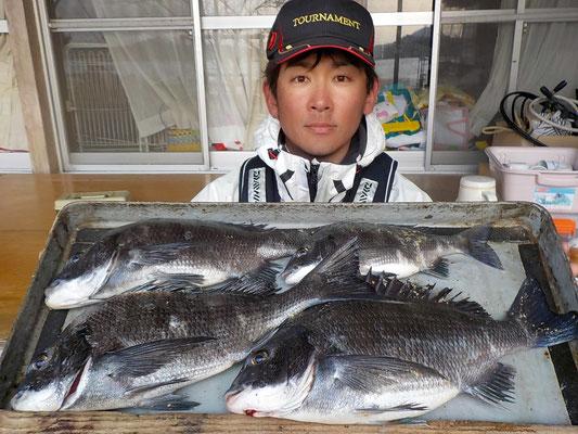 4月1日 磯釣で渡辺さん チヌ42㎝を頭に4匹